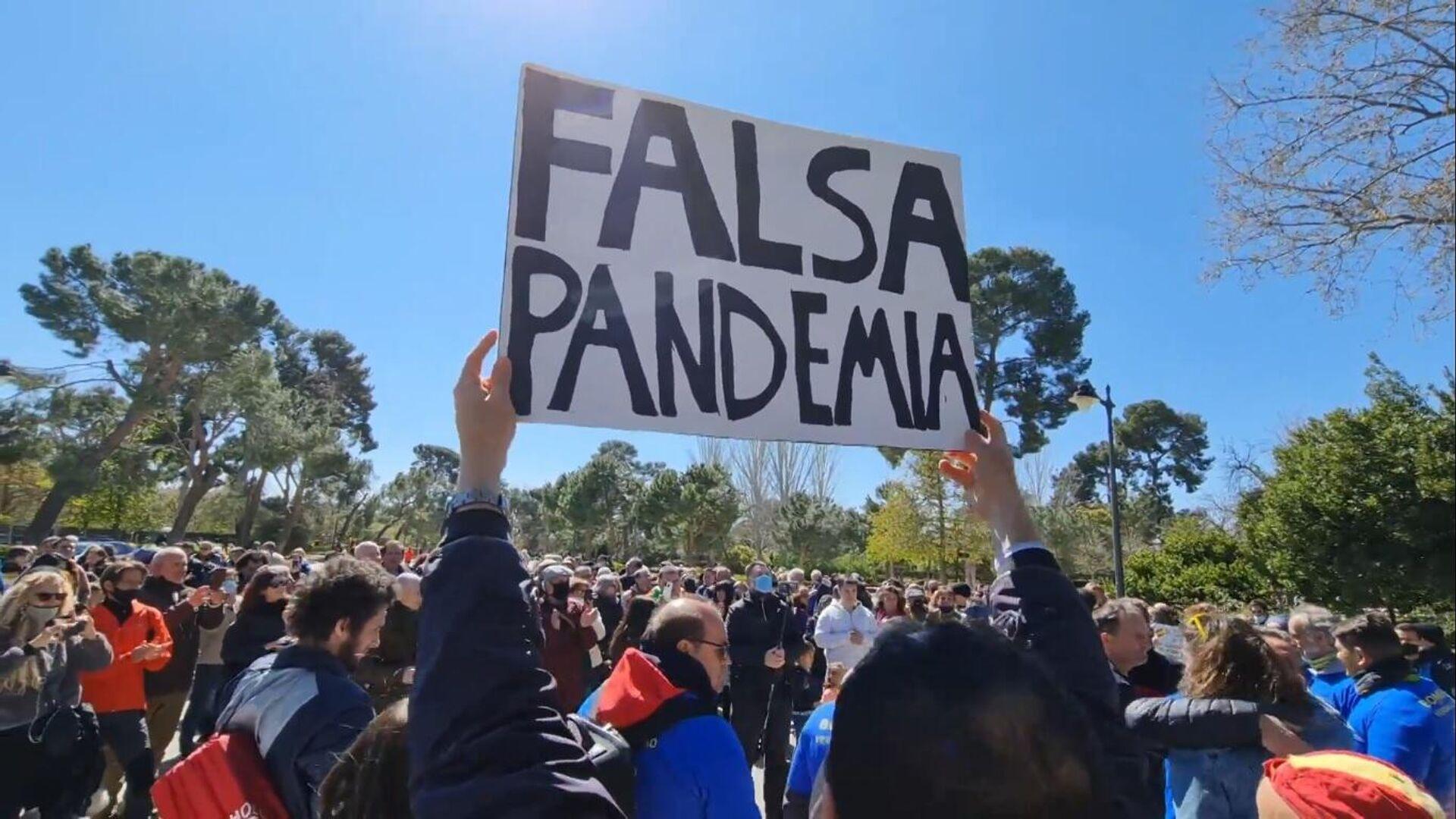 Manifestación negacionista en el parque del Retiro en Madrid - Sputnik Mundo, 1920, 22.03.2021