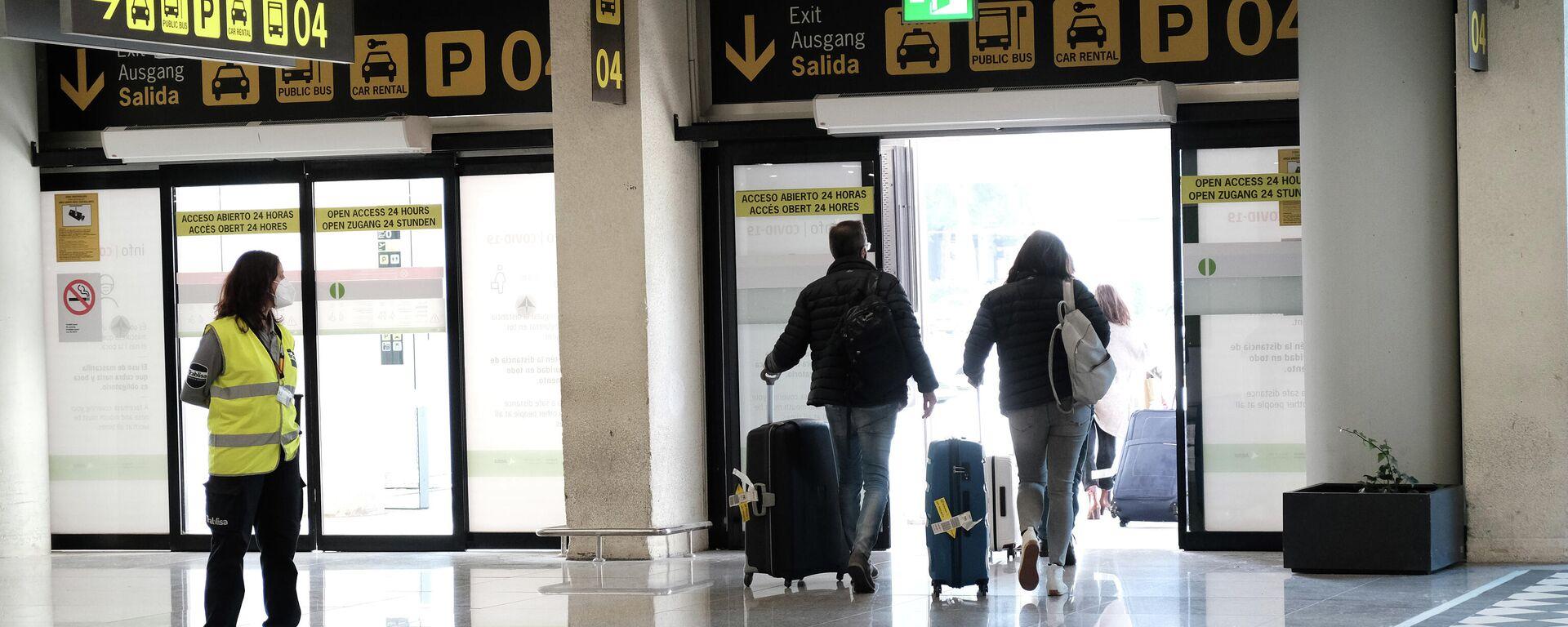 Viajeros saliendo del aeropuerto de Palma de Mallorca - Sputnik Mundo, 1920, 23.03.2021