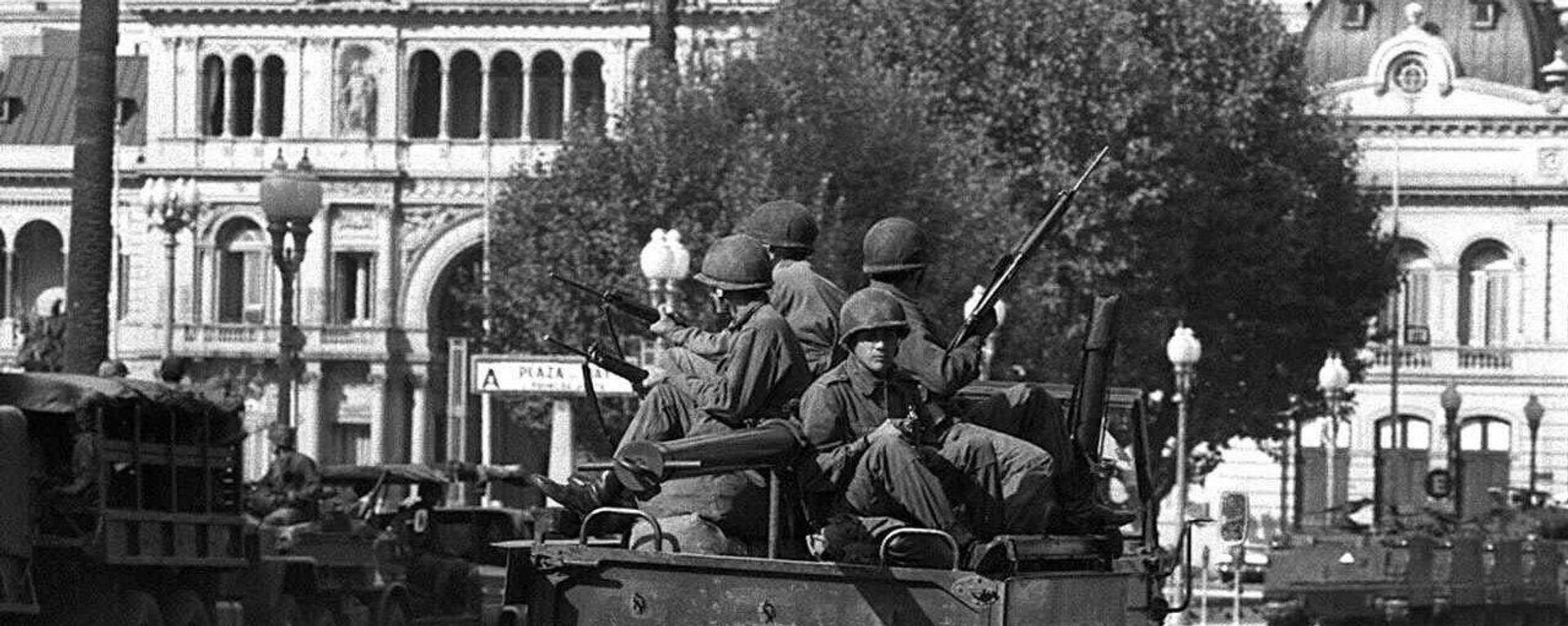 Soldados del ejército patrullan la Plaza de Mayo de Buenos Aires el 24 de marzo de 1976 - Sputnik Mundo, 1920, 24.03.2021