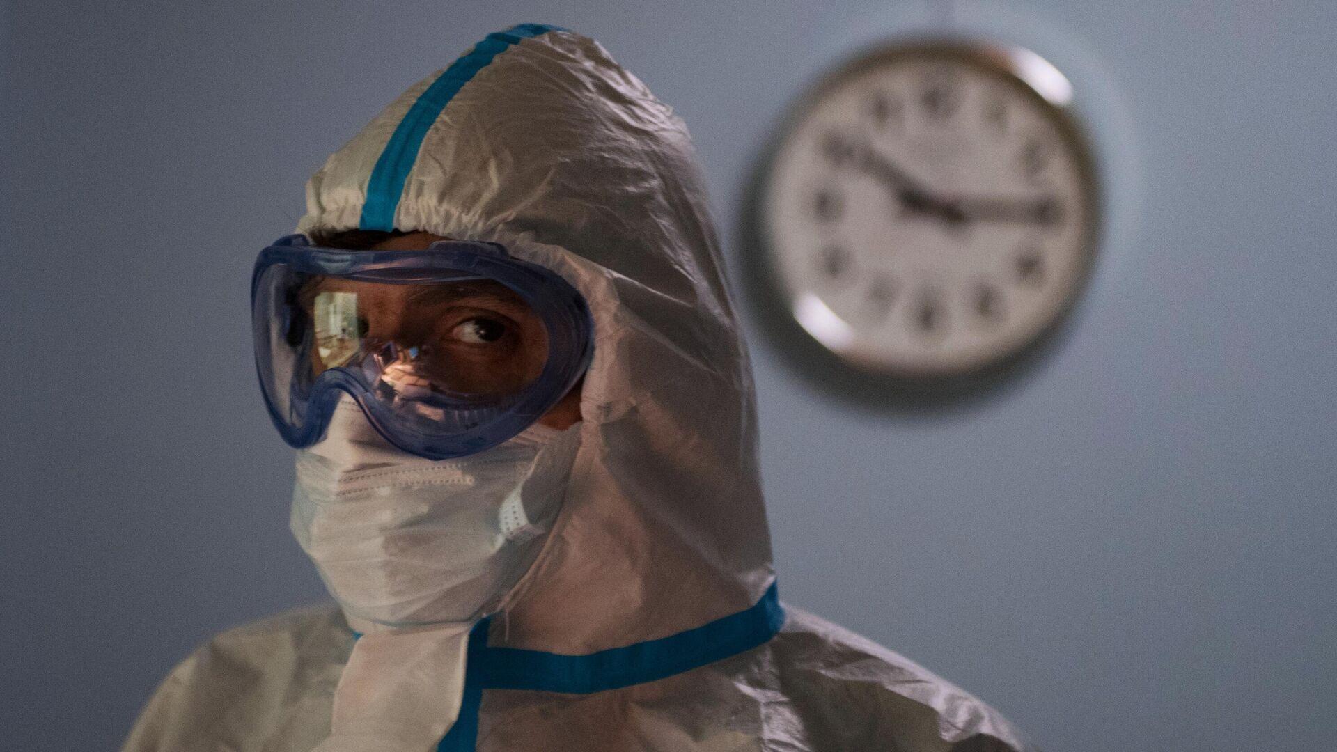 Un médico ruso que atiende casos de coronavirus en un hospital de Rusia - Sputnik Mundo, 1920, 22.09.2021