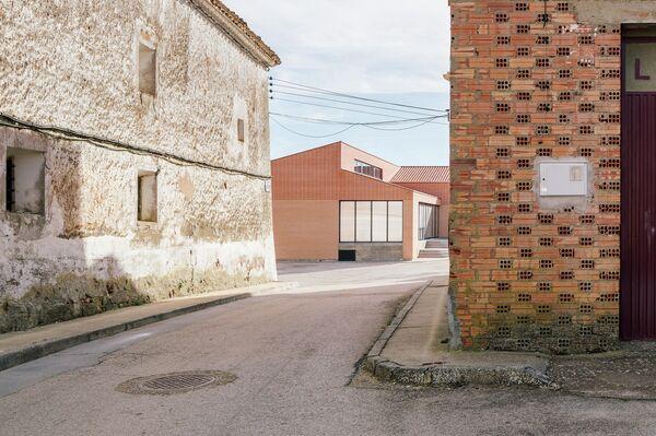 Una imagen del Teleclub de Noviercas, en Soria, diseñado por el estudio Bizna  - Sputnik Mundo
