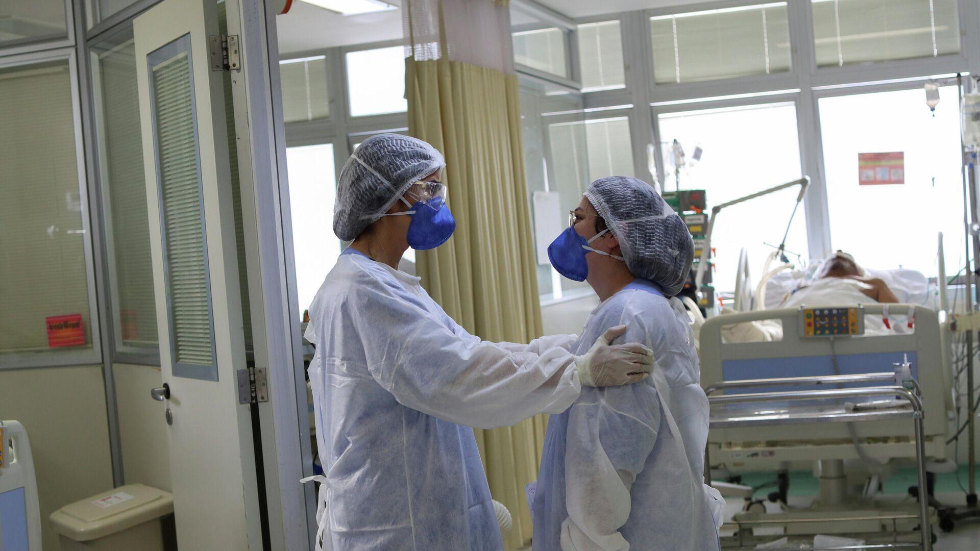 Dos médicas en una unidad de cuidados intensivos en Brasil - Sputnik Mundo, 1920, 24.03.2021