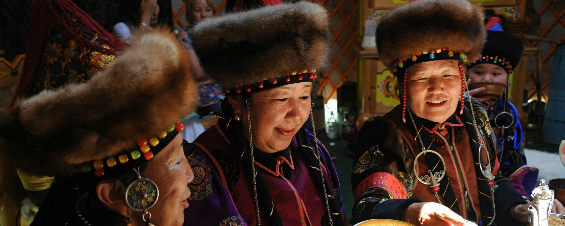 Mujeres preparan kumis en Mongolia - Sputnik Mundo, 1920, 26.03.2021