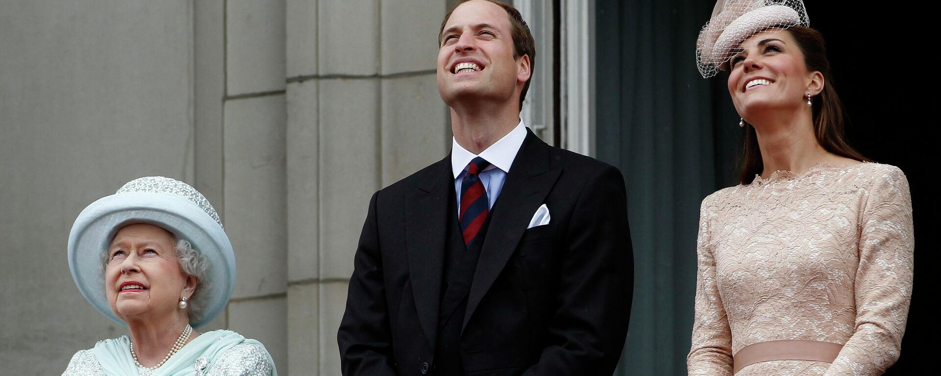 La reina Isabel II junto a William y Kate, en 2012 - Sputnik Mundo, 1920, 08.08.2021