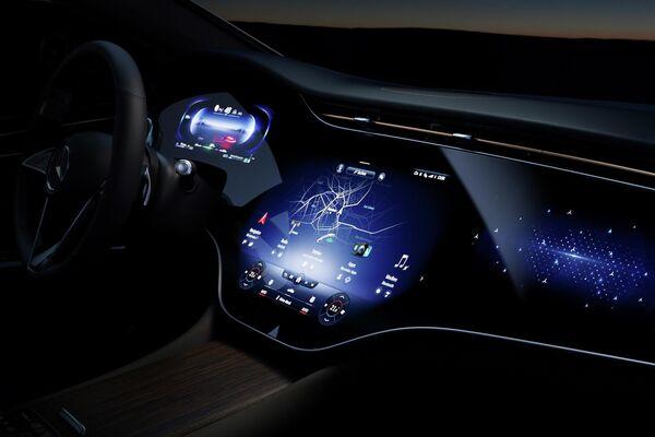 El interior del Mercedes EQS con el panel interactivo Hyperscreen - Sputnik Mundo