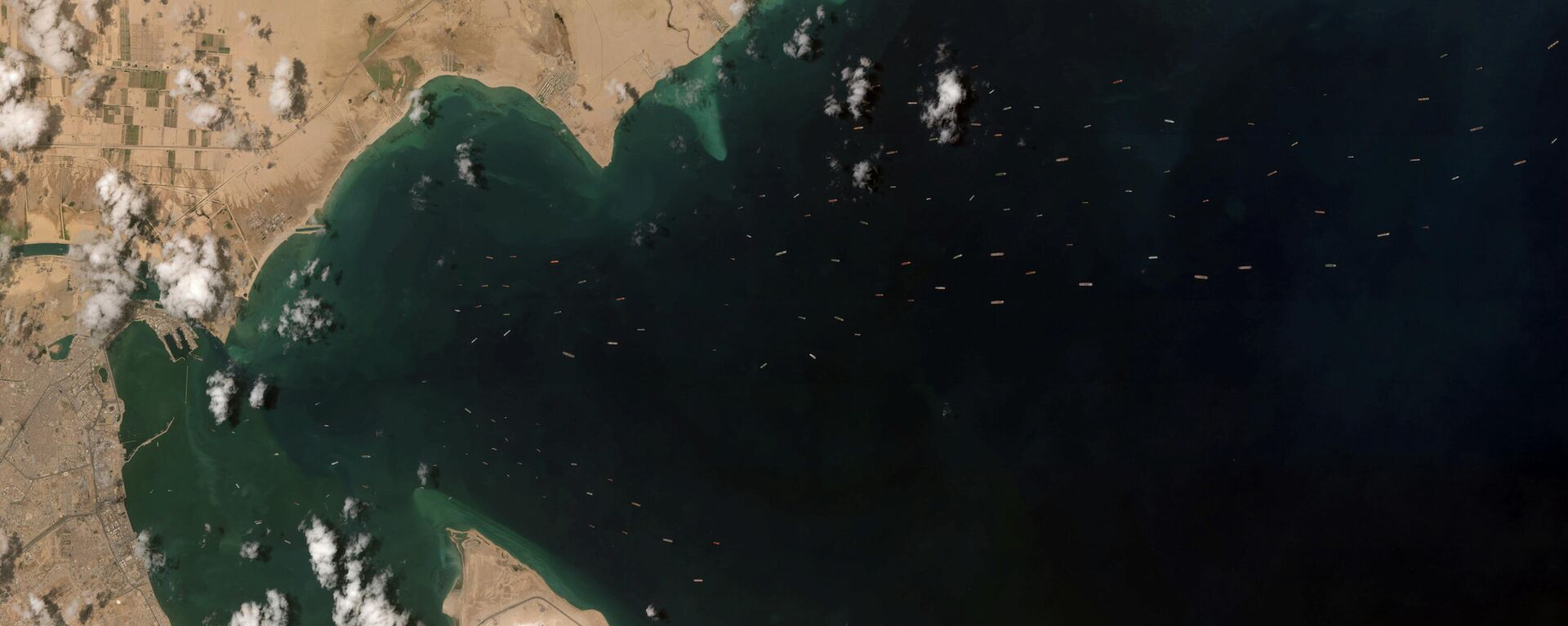 Barcos esperando para entrar al canal de Suez - Sputnik Mundo, 1920, 28.03.2021