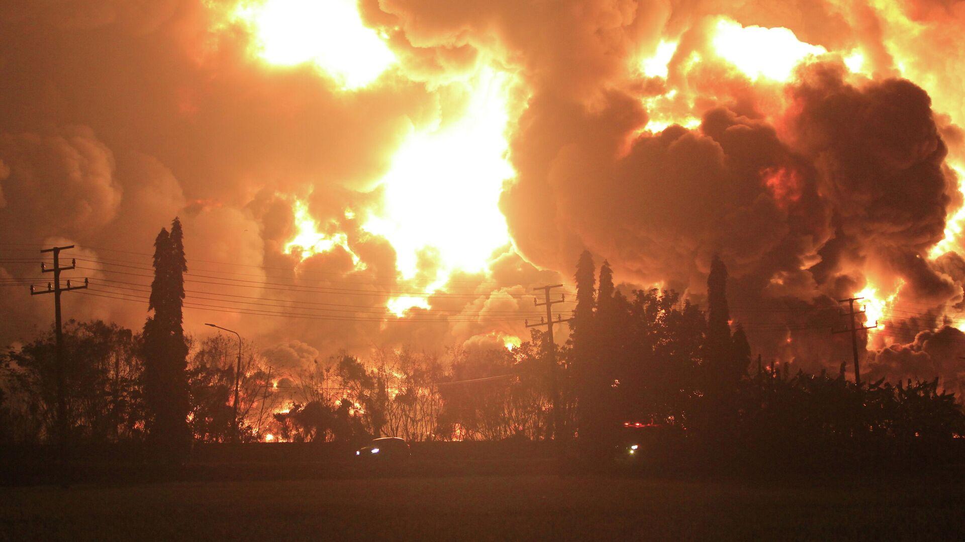 Explosión en la refinería de petróleo de Balongan, indonesia - Sputnik Mundo, 1920, 28.03.2021