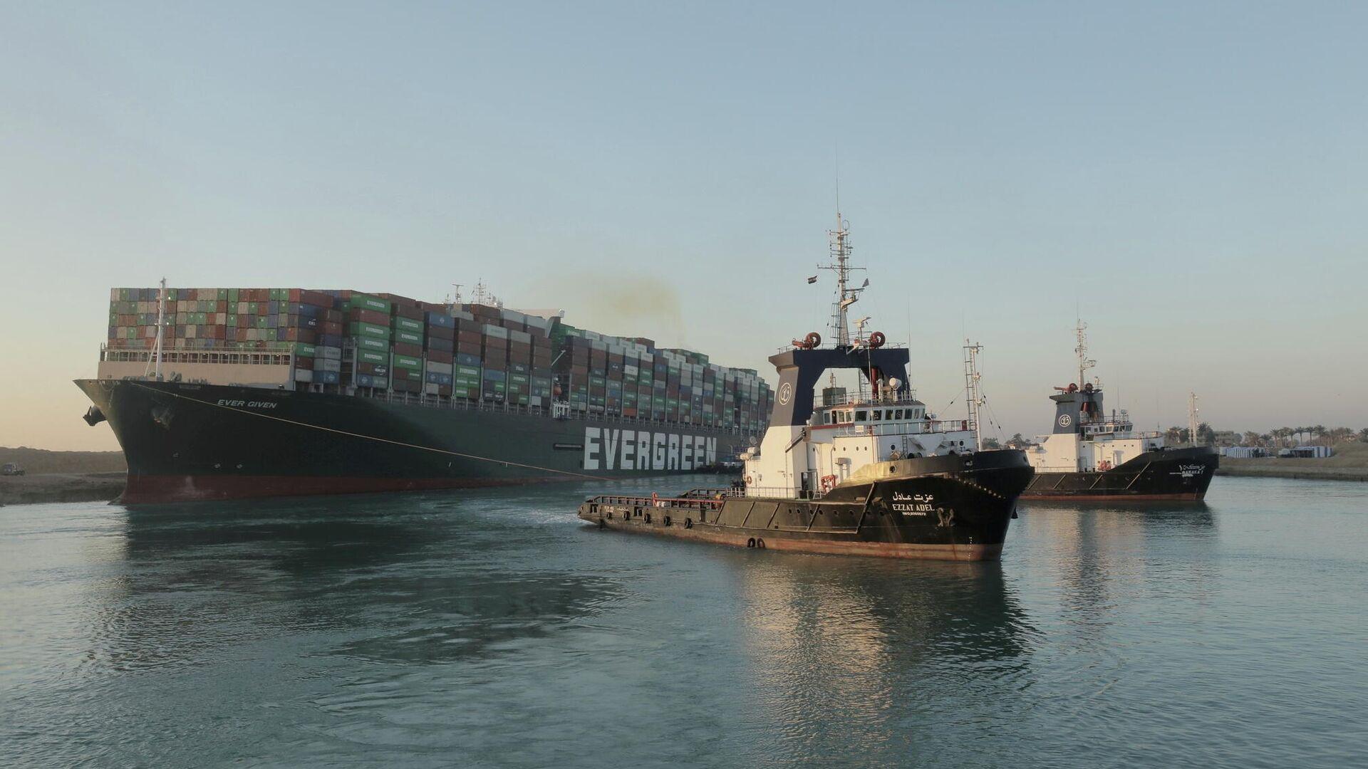 El buque portacontenedores Ever Given, uno de los portacontenedores más grandes del mundo, después de haber sido parcialmente reflotado, en el Canal de Suez. - Sputnik Mundo, 1920, 29.03.2021