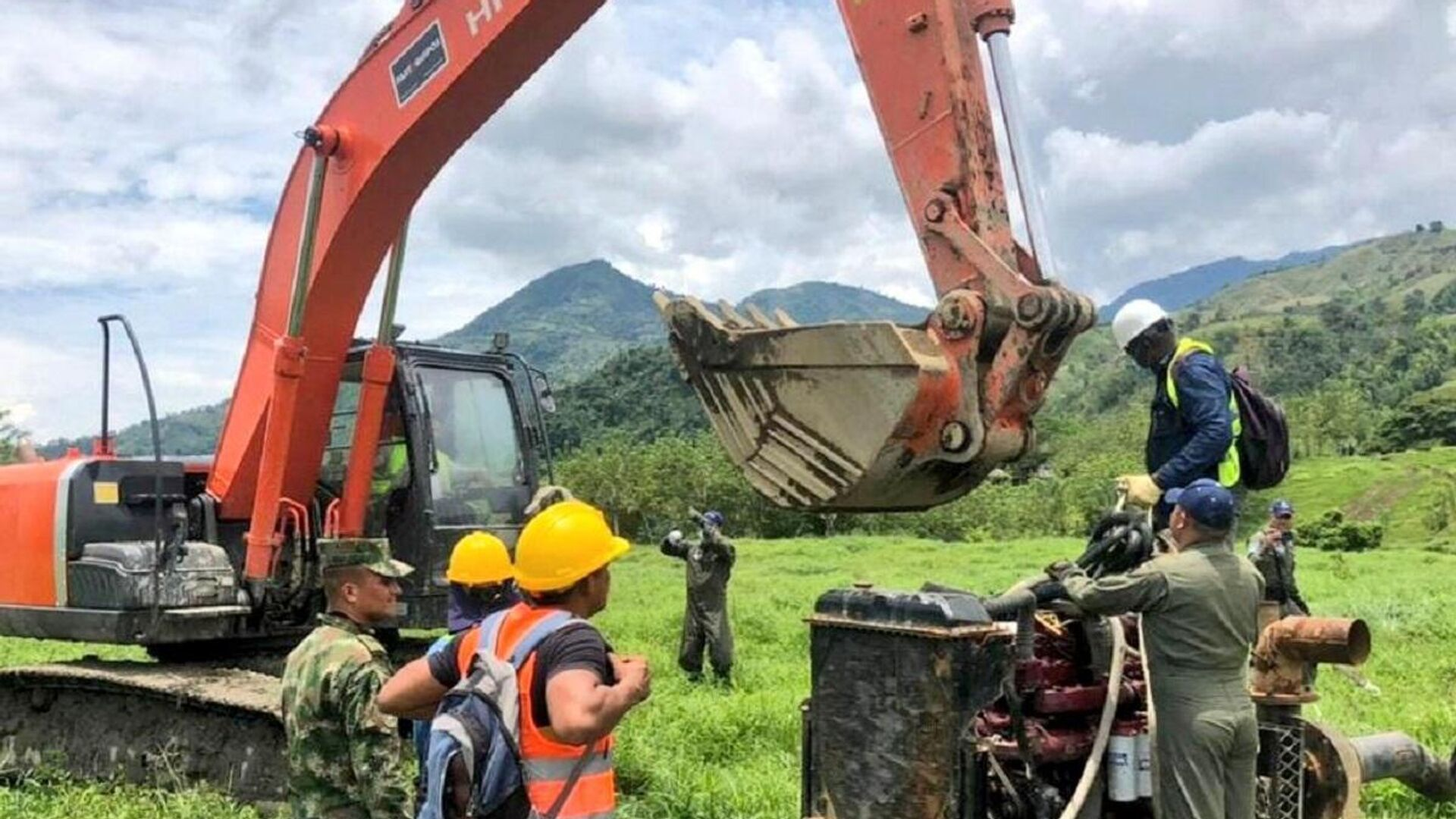 Labores de rescate de labriegos atrapados en mina de oro en el municipio de Neira, Colombia - Sputnik Mundo, 1920, 30.03.2021
