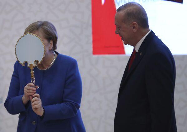"""Y Merkel, como siempre, mostró consistencia y previsibilidad. En el 2016, en una entrevista con Der Spiegel, dijo que esperaba sentir el momento en que tenía que dejar la política y que no querría terminar su carrera en el estado de """"quiebra"""".En la foto: reunión de la canciller alemana Angela Merkel con el presidente de Turquía, Recep Tayyip Erdogan, en Estambul (Turquía), en el 2020. - Sputnik Mundo"""