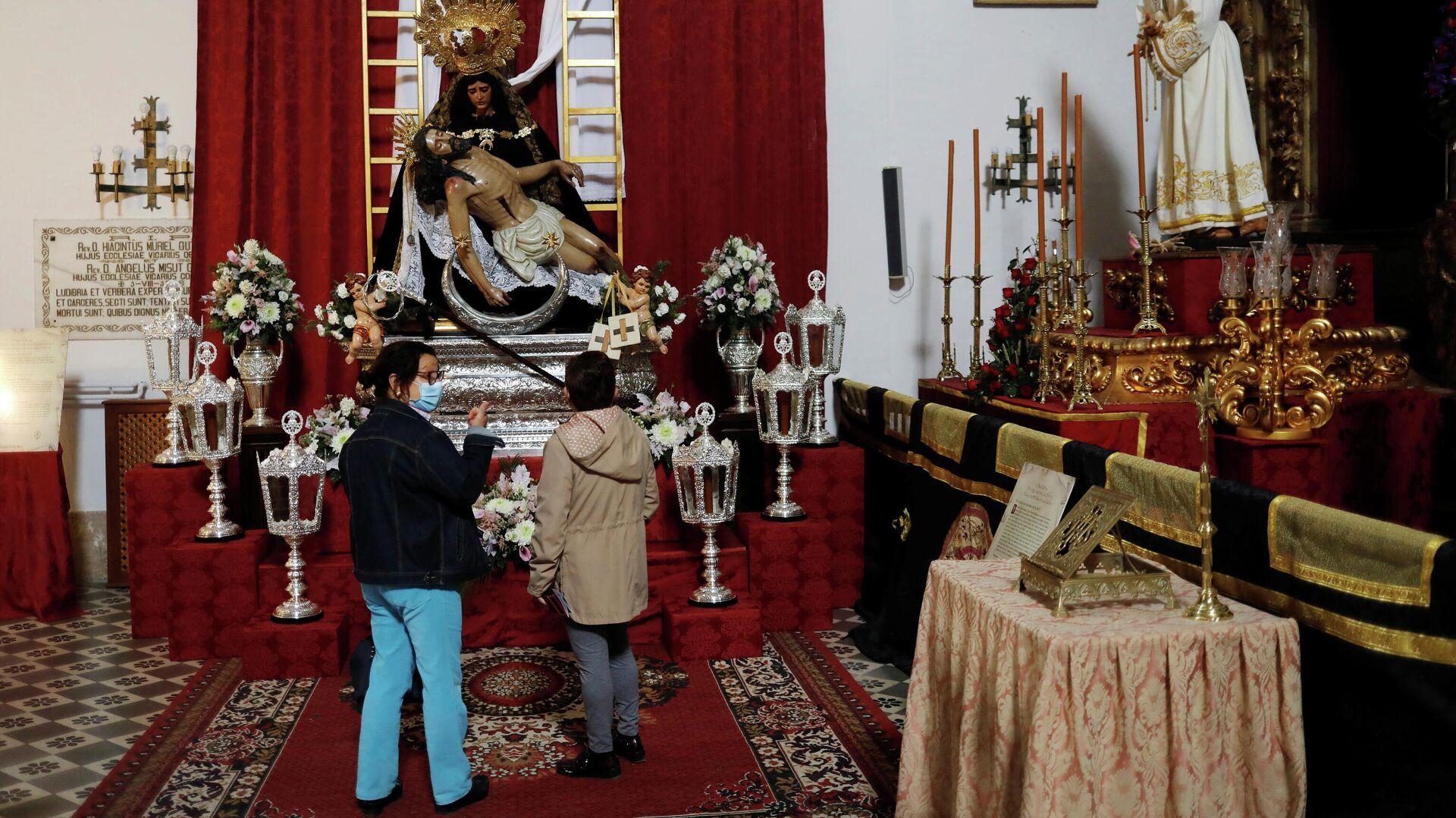 Españoles en una iglesia - Sputnik Mundo, 1920, 31.03.2021