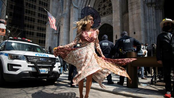 Девушка на пасхальном параде и фестивале чепчиков на Пятой авеню в Нью-Йорке - Sputnik Mundo