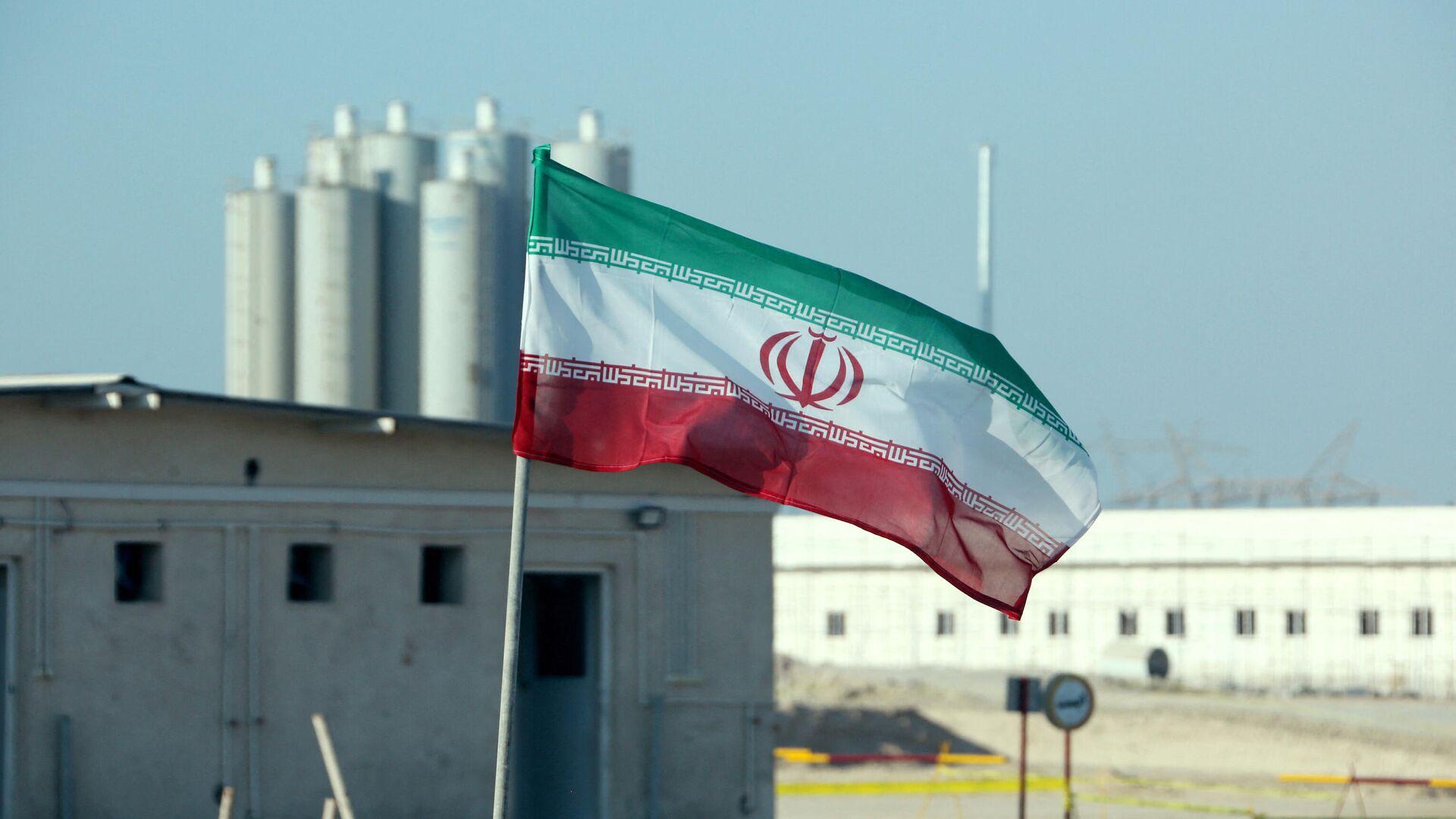 La bandera de Irán frente a una planta nuclear (archivo) - Sputnik Mundo, 1920, 26.07.2021