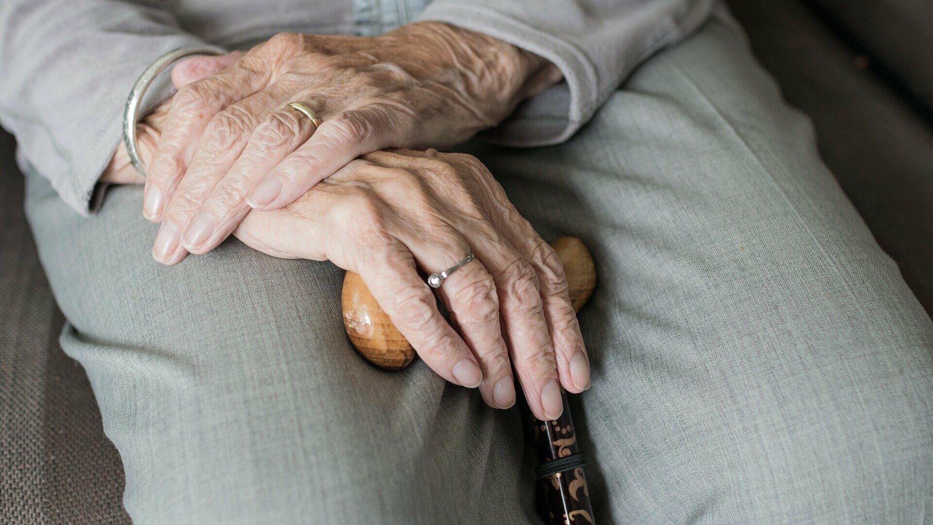 Imagen referencial de las manos de un anciano - Sputnik Mundo, 1920, 02.10.2021