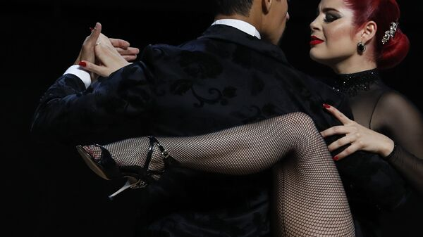 Танцоры во время исполнения танго в Буэнос-Айресе  - Sputnik Mundo