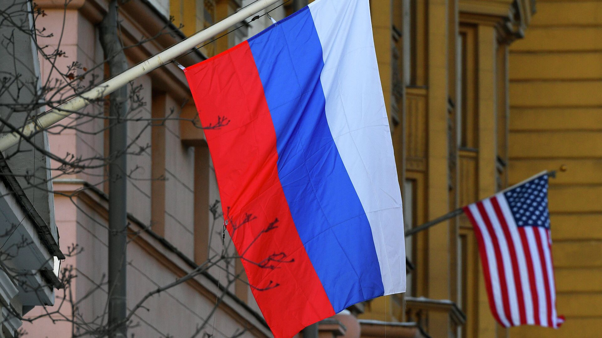 Banderas de Rusia y EEUU en la Embajada estadounidense en Moscú - Sputnik Mundo, 1920, 27.09.2021