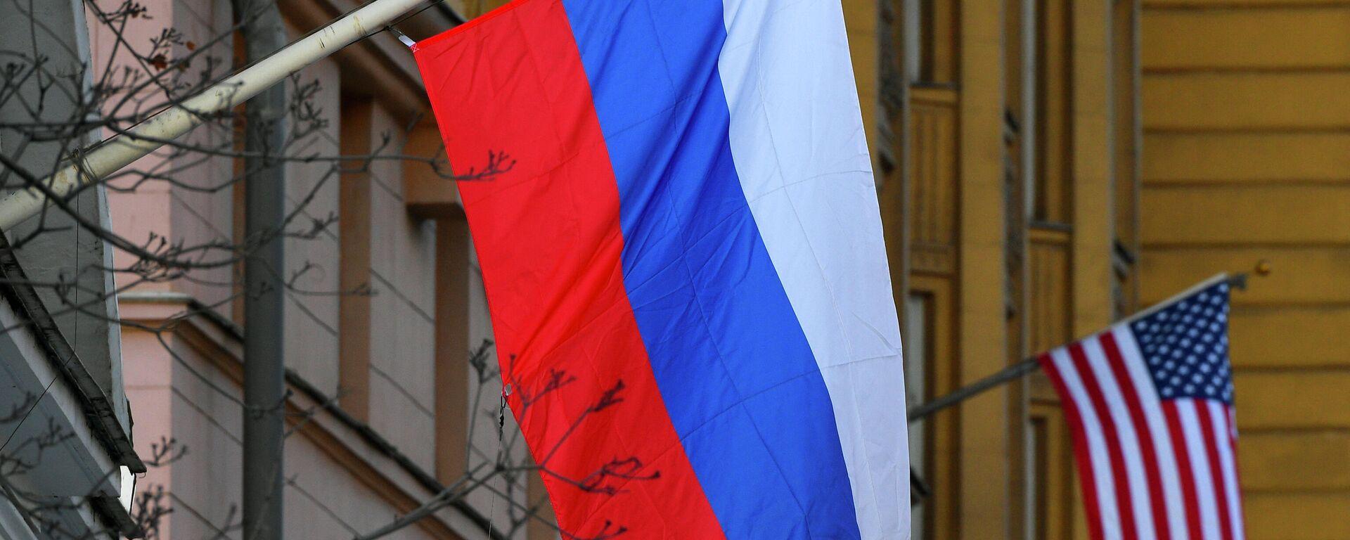 Banderas de Rusia y EEUU en la Embajada estadounidense en Moscú - Sputnik Mundo, 1920, 08.10.2021