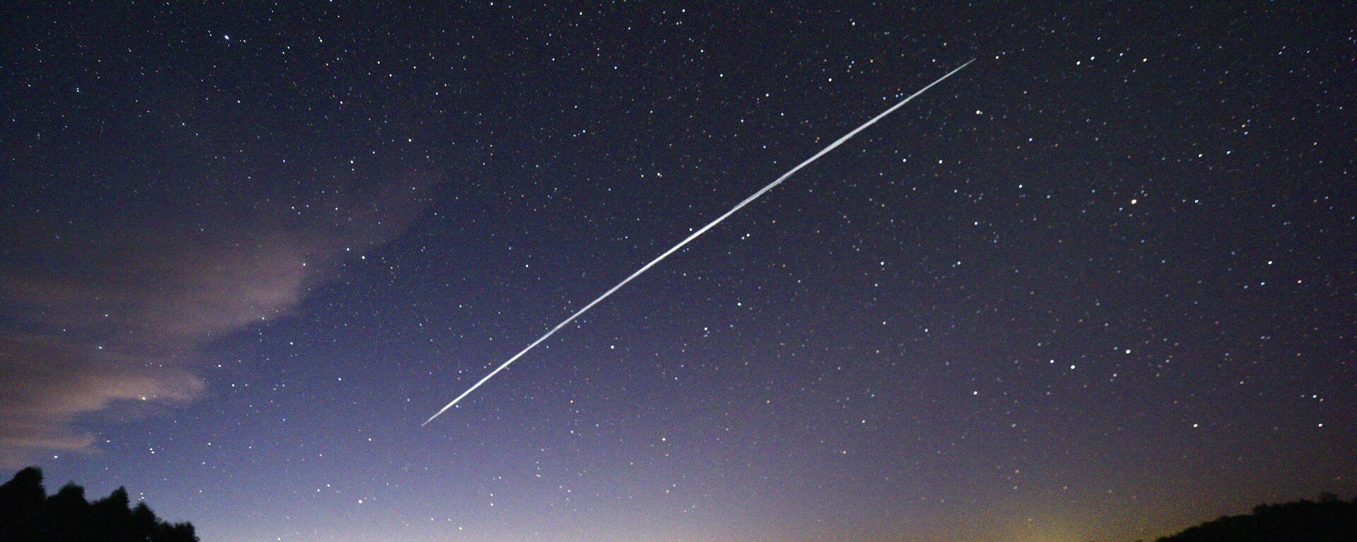 Estela de un grupo de satélites Starlink de SpaceX  - Sputnik Mundo, 1920, 30.04.2021