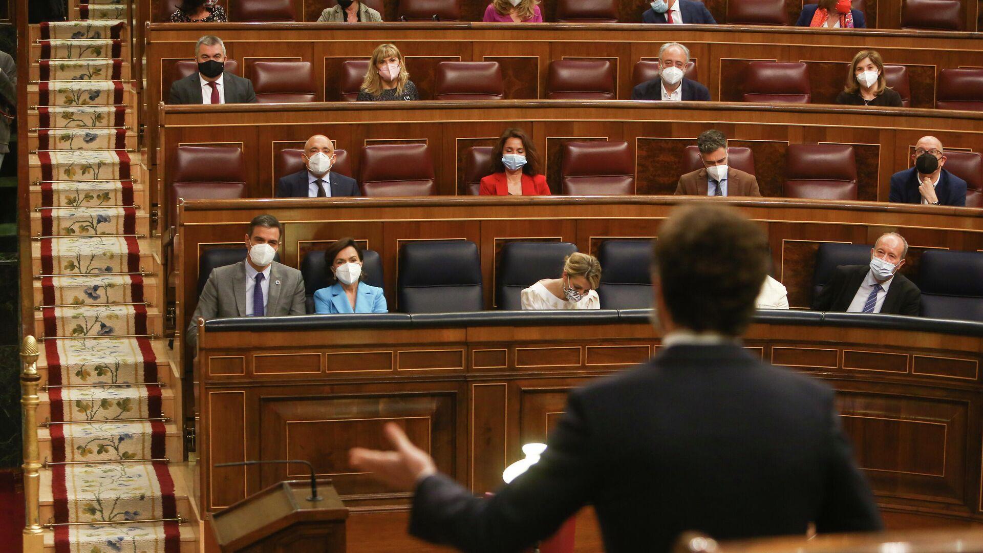 Pedro Sánchez observa a Pablo Casado durante la Sesión de Control al Gobierno en el Congreso de los Diputados - Sputnik Mundo, 1920, 14.10.2021