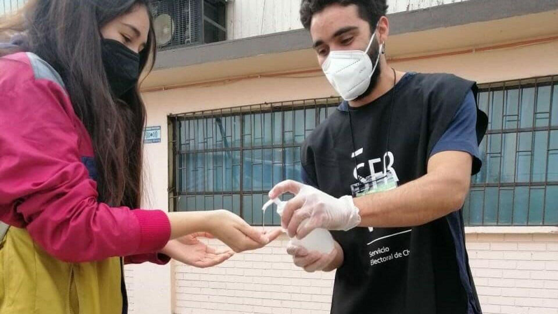El protocolo de sanitización es estricto en los locales de votación en Chile. Mascarilla, alcohol gel y distanciamiento social para prevenir el COVID-19    - Sputnik Mundo, 1920, 14.10.2021