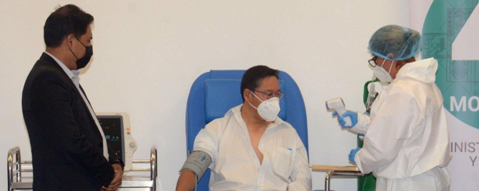 El presidente de Bolivia, Luis Arce, recibe la primera dosis de la vacuna Sputnik V - Sputnik Mundo, 1920, 02.09.2021