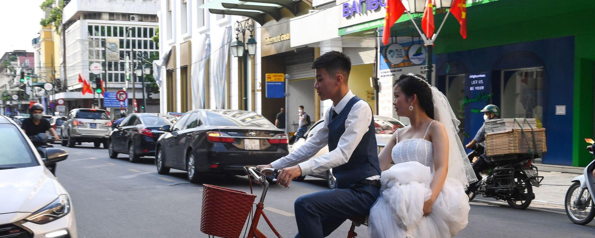 Жених и невеста на велосипеде в Ханое  - Sputnik Mundo, 1920, 03.06.2021