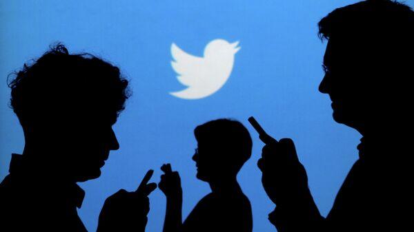 El logo de Twitter y las siluetas de la gente (archivo) - Sputnik Mundo