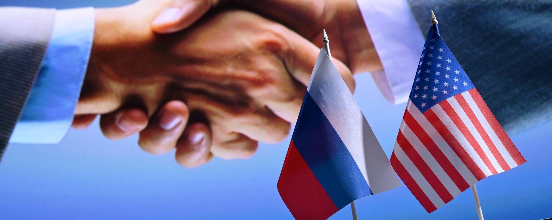 Las banderas de Rusia y EEUU - Sputnik Mundo, 1920, 12.10.2021