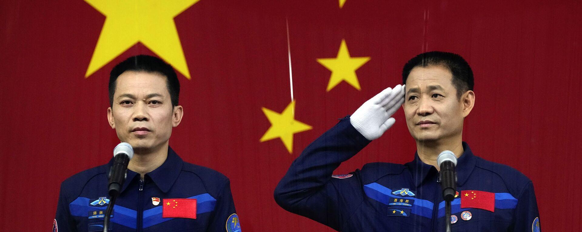 Китайские астронавты на пресс-конференции до полета в космос  - Sputnik Mundo, 1920, 16.06.2021