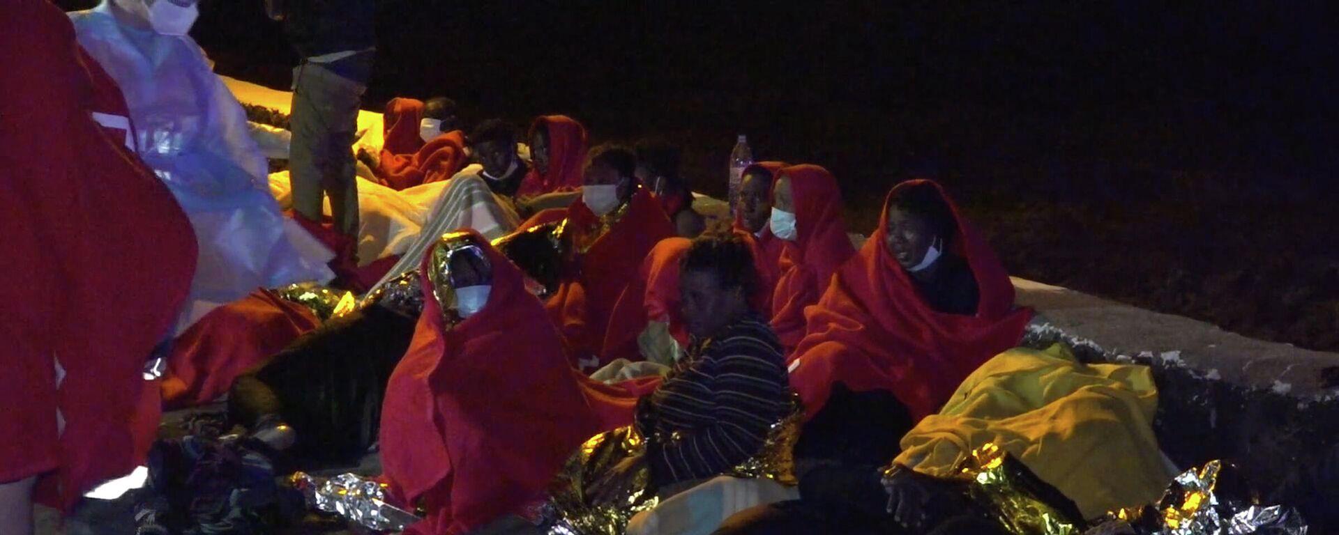 Migrantes rescatados de madrugada tras encallar su embarcación en Orzola, Lanzarote - Sputnik Mundo, 1920, 24.09.2021