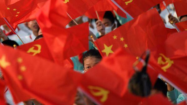 Студенты с флагами на праздновании 100-летия Коммунистической партии Китая в Пекине - Sputnik Mundo