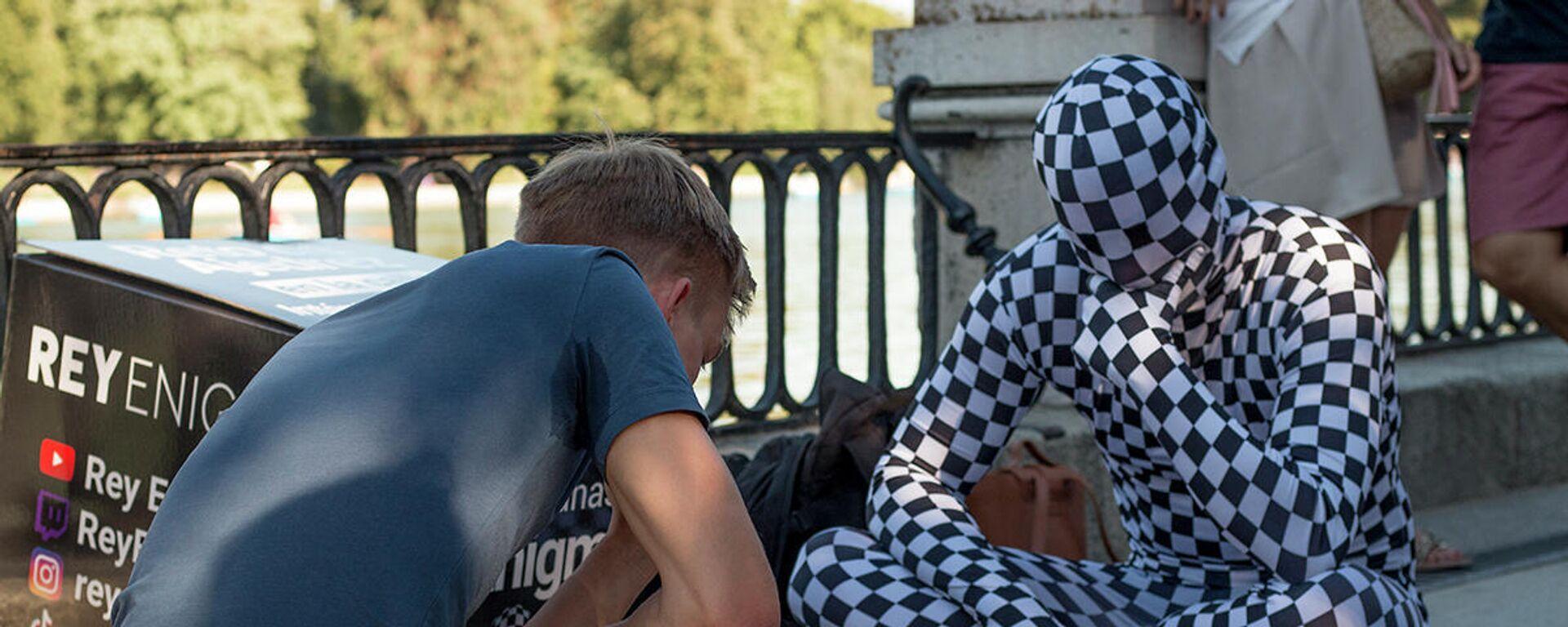 El llamado Rey Enigma juega al ajedrez en el parque de El Retiro de Madrid - Sputnik Mundo, 1920, 10.07.2021