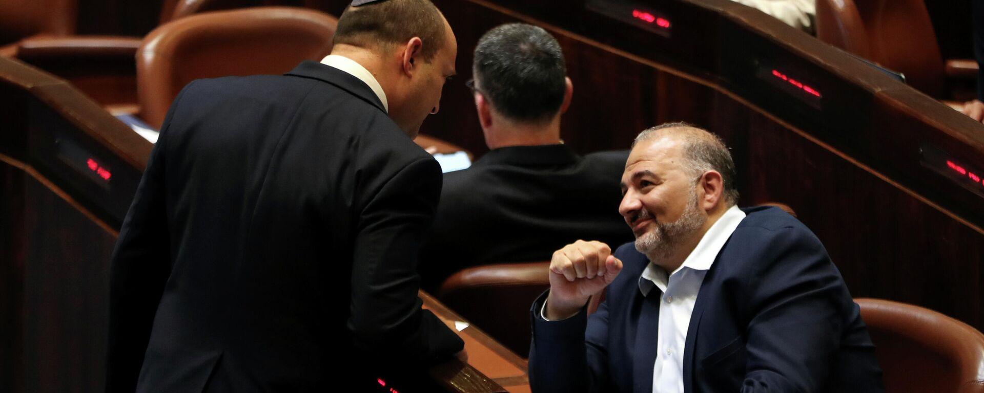 Naftali Bennett, el primer ministro designado, habla con el líder de la Lista Árabe Unida, Mansur Abás, durante una sesión especial de la Knéset, el parlamento de Israel, en Jerusalén el 13 de junio de 2021.  - Sputnik Mundo, 1920, 08.07.2021