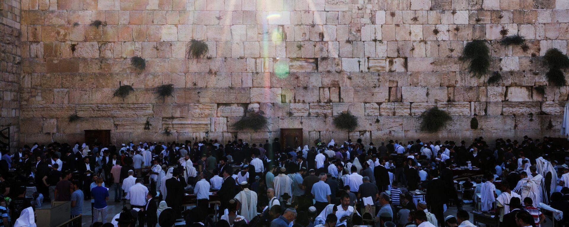 Los fieles judíos rezan durante Tisha b'Av, un día de ayuno y lamento, que conmemora la fecha del calendario judío en la que se cree que fueron destruidos el Primer y Segundo Templos, Ciudad Vieja de Jerusalén, el 18 de julio de 2021 - Sputnik Mundo, 1920, 18.07.2021