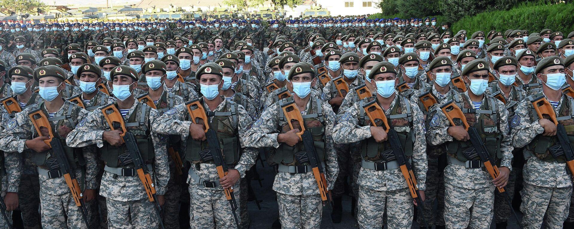 El desfile de las Fuerzas Armadas, reservistas y agentes de los cuerpos de seguridad de Tayikistán - Sputnik Mundo, 1920, 22.07.2021