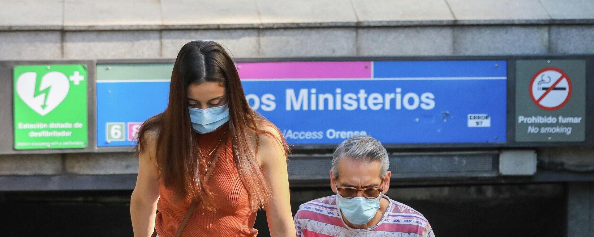 Dos personas con mascarillas durante el brote del coronavirus en España - Sputnik Mundo, 1920, 17.09.2021