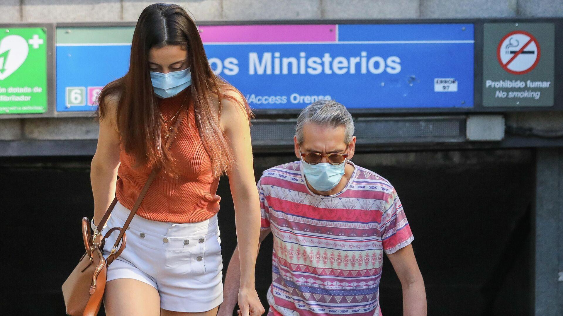 Dos personas con mascarillas durante el brote del coronavirus en España - Sputnik Mundo, 1920, 21.09.2021