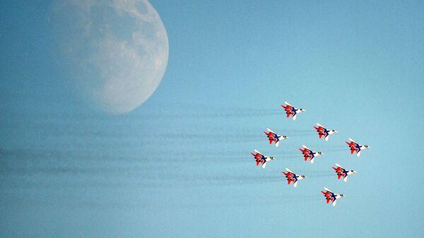 Пилотажная группа Стрижи на самолетах МиГ-29 во время выполнения летной программы на МАКС-2021 - Sputnik Mundo