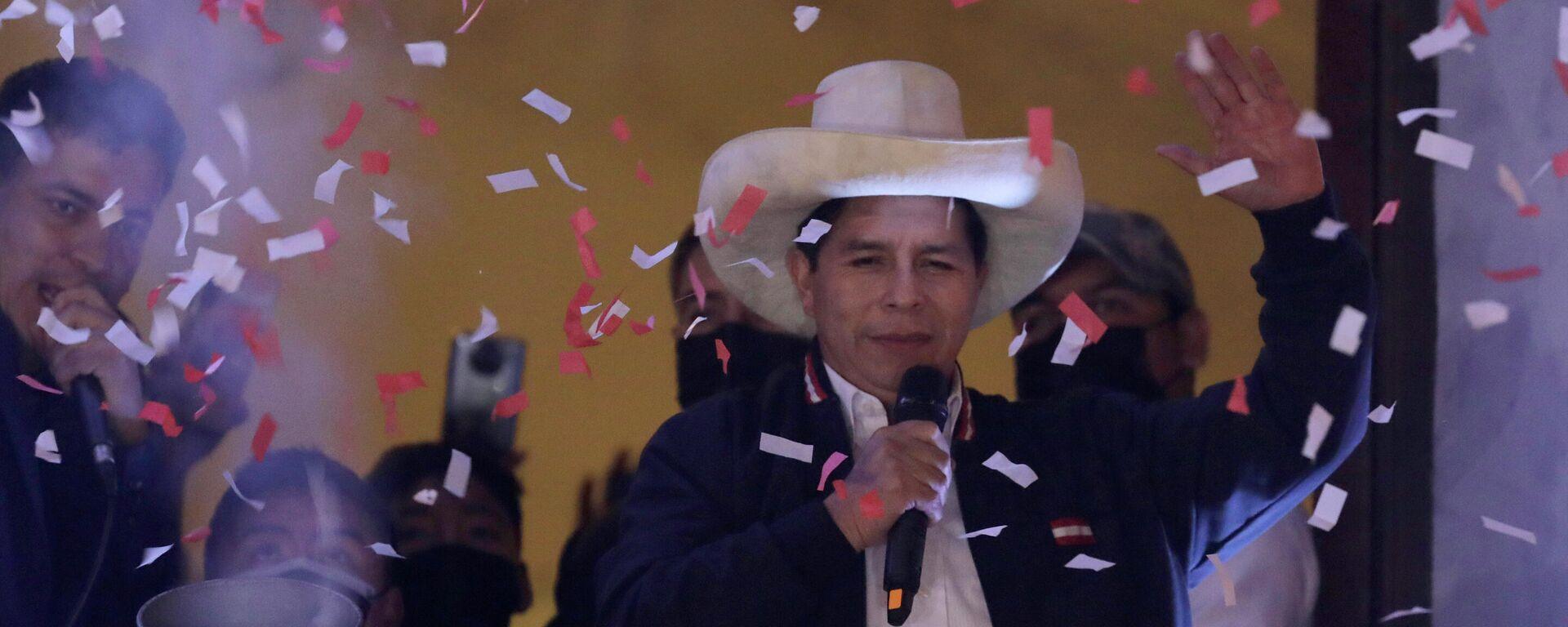 El presidente electo de Perú, Pedro Castillo, celebra su triunfo electoral - Sputnik Mundo, 1920, 05.10.2021