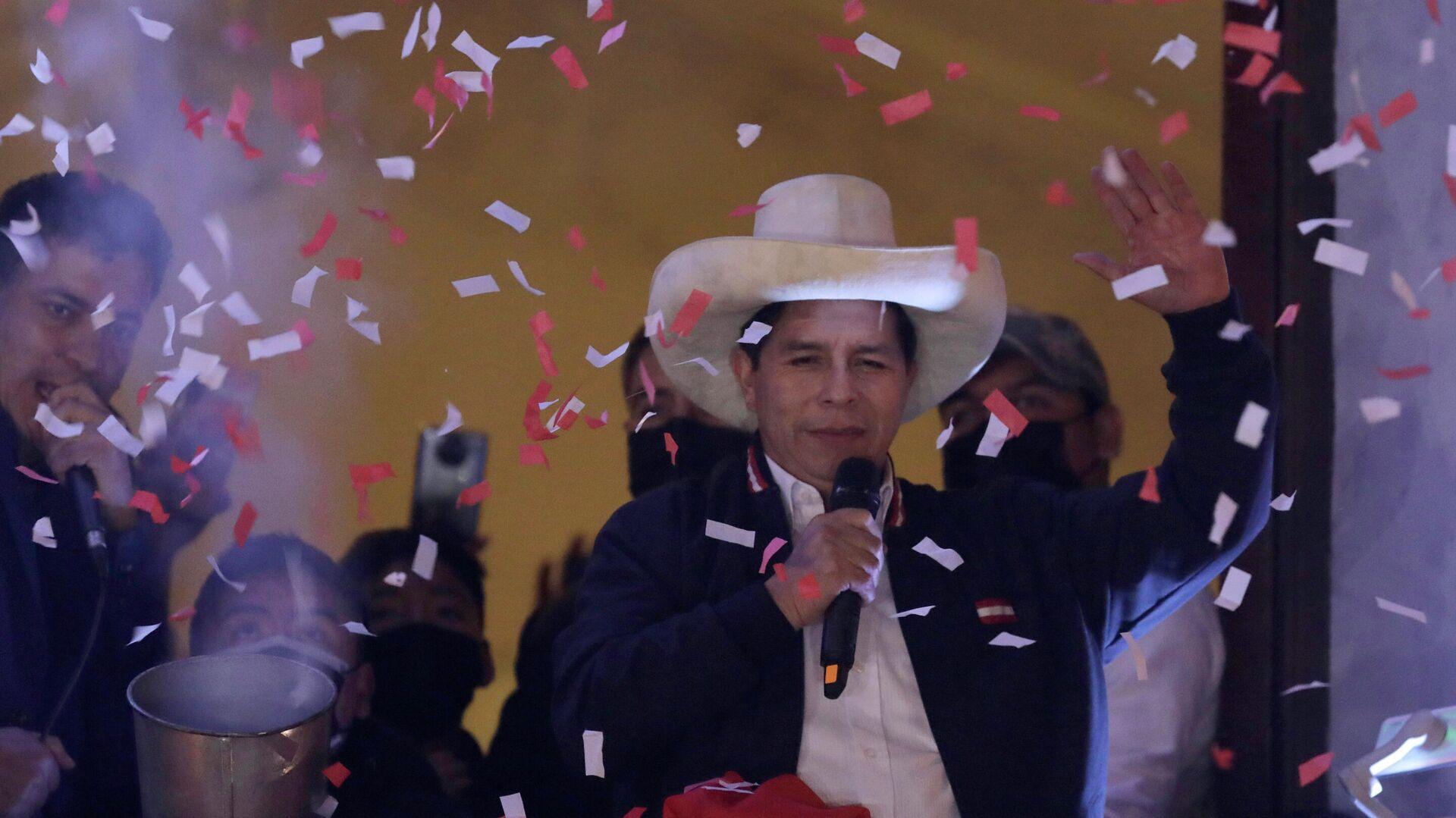 El presidente electo de Perú, Pedro Castillo, celebra su triunfo electoral - Sputnik Mundo, 1920, 07.10.2021