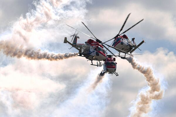 El equipo de helicópteros Indian Air Force participa en el programa de vuelos de demostración en el Salón Internacional de la Aviación y el Espacio MAKS 2021. - Sputnik Mundo