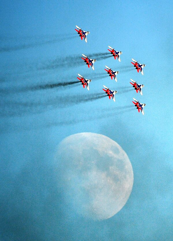Los aviones MiG-29 del grupo de acrobacia aérea Strizhí ejecutan el programa de vuelos. - Sputnik Mundo