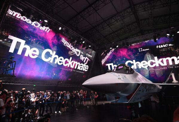 El prototipo de Checkmate, el nuevo caza ligero y táctico de quinta generación propulsado por un solo motor, durante la presentación. - Sputnik Mundo