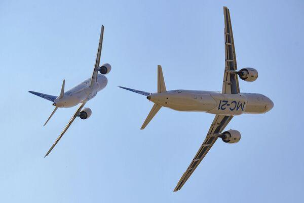 Los aviones de pasajeros MS-21-300 (con los motores de Pratt&Whitney) y MS-21-310 (con los motores rusos PD-14) realizan el programa de vuelos. - Sputnik Mundo