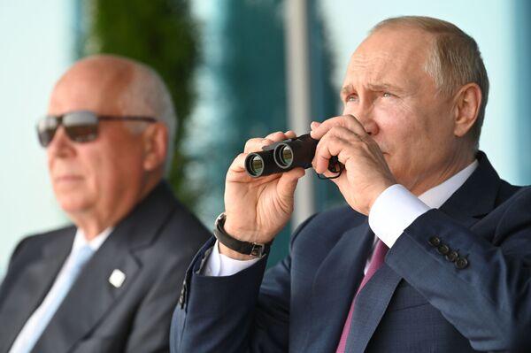 El presidente de Rusia, Vladímir Putin, con el director general de la corporación estatal rusa Rostec, Serguéi Chémezov, durante el salón aeroespacial MAKS 2021. - Sputnik Mundo