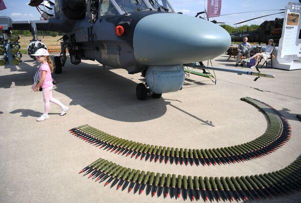 Una exposición estática del helicóptero de reconocimiento y ataque ruso Ka-52 con parte de su arsenal.  - Sputnik Mundo