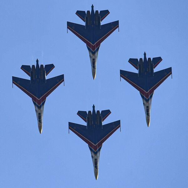 Los nuevos aviones Su-35S del equipo de alto pilotaje de las Fuerzas Aeroespaciales de Rusia Russkie Vitiazi participan en el programa de vuelos del MAKS 2021. Antes volaban solamente en los Su-30SM. - Sputnik Mundo
