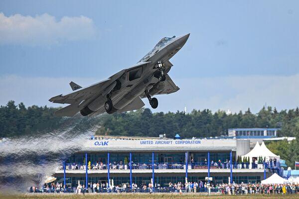 El caza polivalente de quinta generación Su-57 participa en el programa de vuelos. - Sputnik Mundo