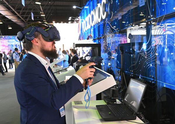 El stand de realidad virtual que te inmersa en una salida al espacio abierto.  - Sputnik Mundo