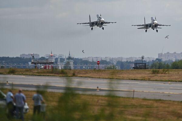 Los caza Su-30SM participan en el programa de vuelos del salón aeroespacial MAKS 2021. - Sputnik Mundo